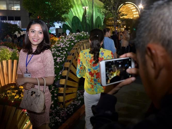 Tân Bí thư Đinh La Thăng dạo đường hoa, chụp selfie với người Sài Gòn ảnh 10