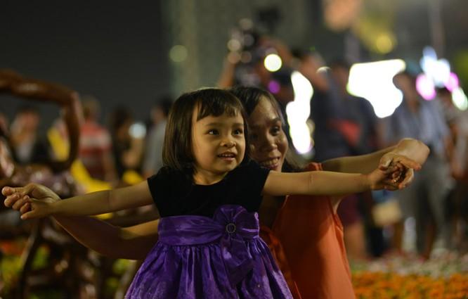 Tân Bí thư Đinh La Thăng dạo đường hoa, chụp selfie với người Sài Gòn ảnh 13