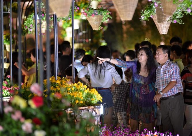 Tân Bí thư Đinh La Thăng dạo đường hoa, chụp selfie với người Sài Gòn ảnh 14