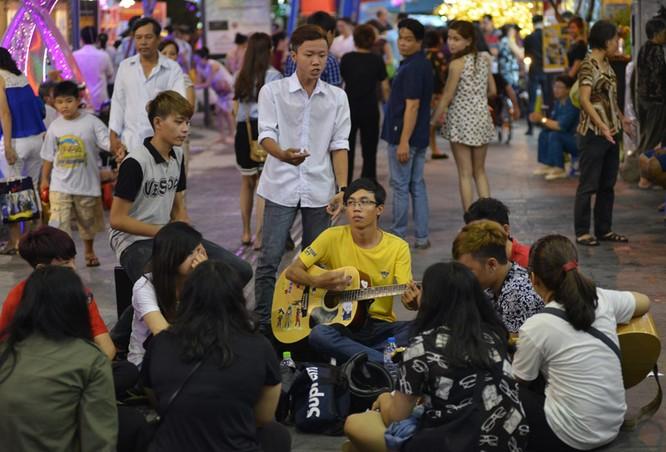 Tân Bí thư Đinh La Thăng dạo đường hoa, chụp selfie với người Sài Gòn ảnh 16