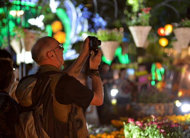 Tân Bí thư Đinh La Thăng dạo đường hoa, chụp selfie với người Sài Gòn ảnh 17