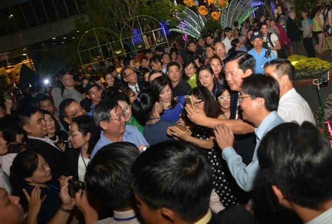 Tân Bí thư Đinh La Thăng dạo đường hoa, chụp selfie với người Sài Gòn ảnh 6