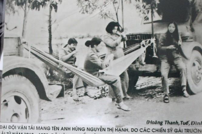 Nữ lái xe Nguyễn Thị Tuế ngồi trên võng, hàng đầu