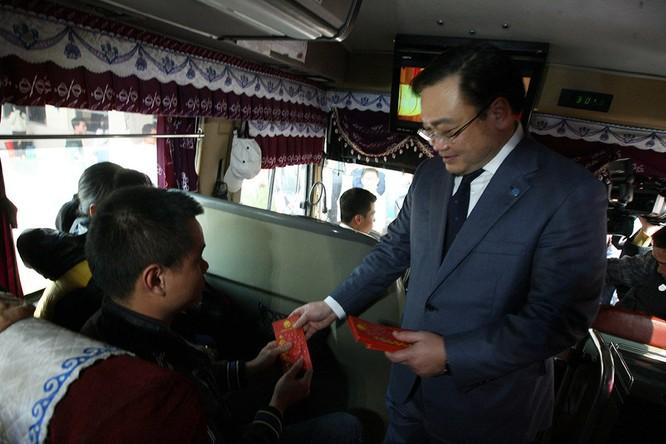 Bí thư Thành ủy Hà Nội Hoàng Trung Hải lì xì cho hành khách ảnh 1