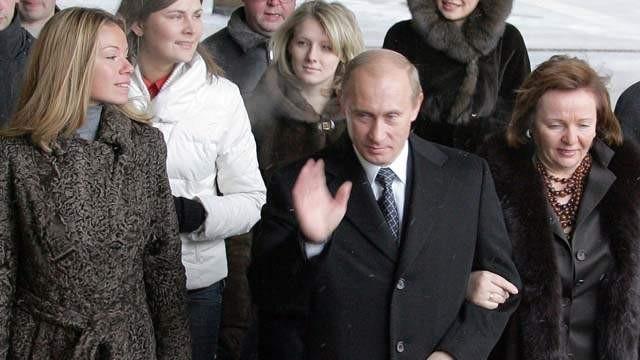 Ông Putin cùng người vợ cũ (bên phải) và con gái trong một sự kiện