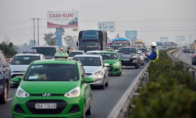 """Ùn tắc """"trên từng cây số"""", dân băng đồng tìm đường về Hà Nội, TPHCM ảnh 6"""