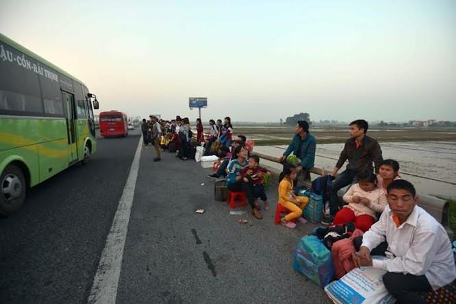 """Ùn tắc """"trên từng cây số"""", dân băng đồng tìm đường về Hà Nội, TPHCM ảnh 1"""