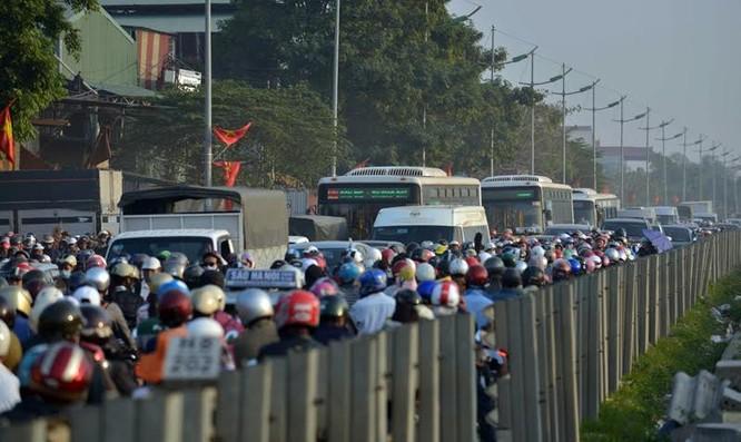 """Ùn tắc """"trên từng cây số"""", dân băng đồng tìm đường về Hà Nội, TPHCM ảnh 3"""