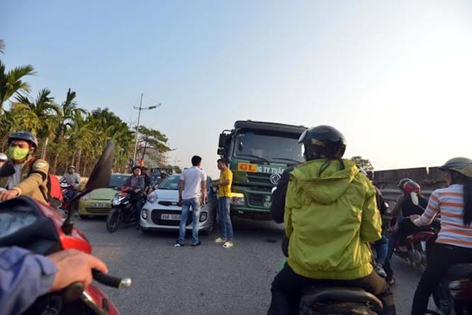 """Ùn tắc """"trên từng cây số"""", dân băng đồng tìm đường về Hà Nội, TPHCM ảnh 2"""