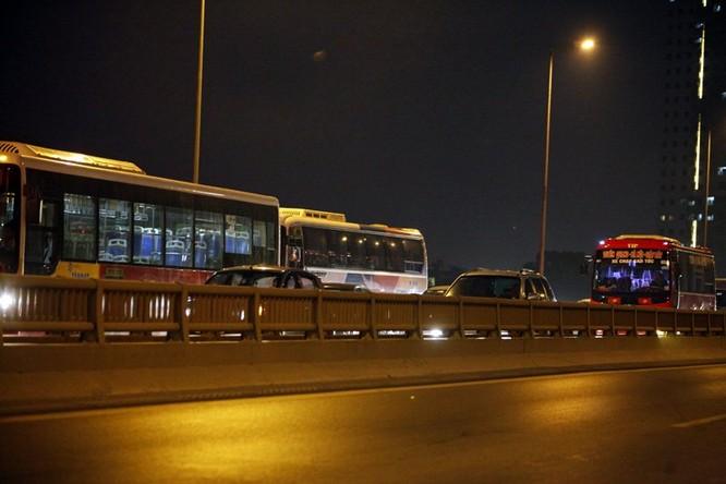 """Ùn tắc """"trên từng cây số"""", dân băng đồng tìm đường về Hà Nội, TPHCM ảnh 8"""