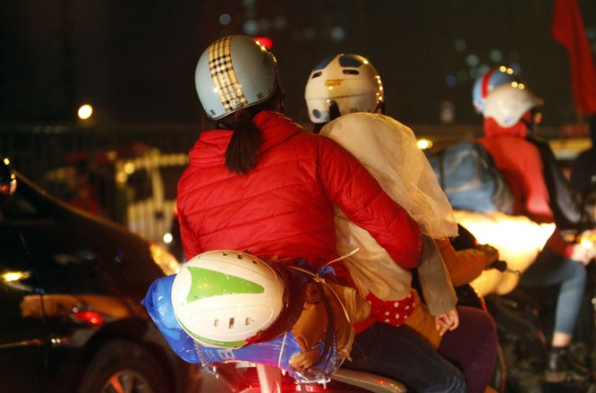 """Ùn tắc """"trên từng cây số"""", dân băng đồng tìm đường về Hà Nội, TPHCM ảnh 10"""