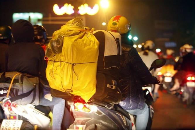 """Ùn tắc """"trên từng cây số"""", dân băng đồng tìm đường về Hà Nội, TPHCM ảnh 9"""