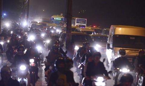 """Ùn tắc """"trên từng cây số"""", dân băng đồng tìm đường về Hà Nội, TPHCM ảnh 12"""