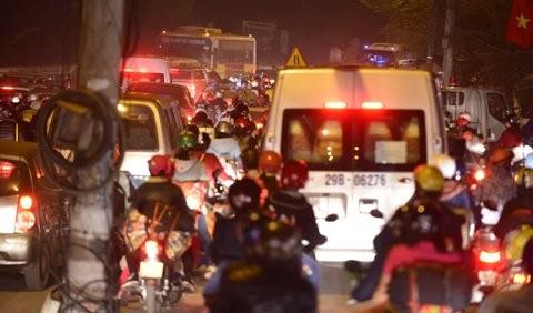 """Ùn tắc """"trên từng cây số"""", dân băng đồng tìm đường về Hà Nội, TPHCM ảnh 13"""