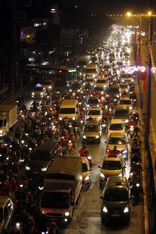 """Ùn tắc """"trên từng cây số"""", dân băng đồng tìm đường về Hà Nội, TPHCM ảnh 14"""