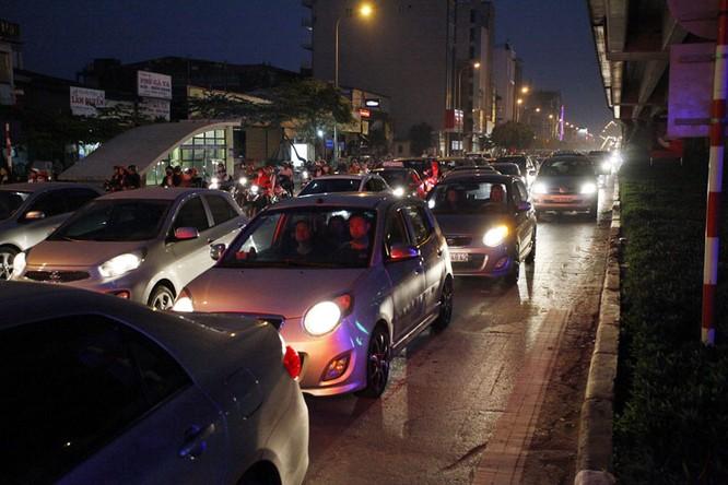 """Ùn tắc """"trên từng cây số"""", dân băng đồng tìm đường về Hà Nội, TPHCM ảnh 11"""