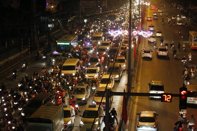 """Ùn tắc """"trên từng cây số"""", dân băng đồng tìm đường về Hà Nội, TPHCM ảnh 15"""