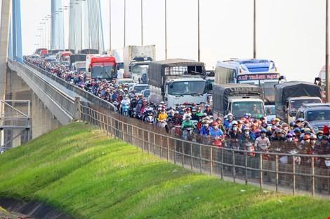 """Ùn tắc """"trên từng cây số"""", dân băng đồng tìm đường về Hà Nội, TPHCM ảnh 18"""