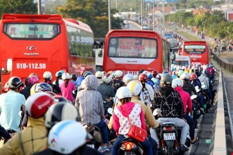 """Ùn tắc """"trên từng cây số"""", dân băng đồng tìm đường về Hà Nội, TPHCM ảnh 19"""