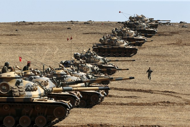 Xe tăng của quân Thổ triển khai ở biên giới giáp Syria