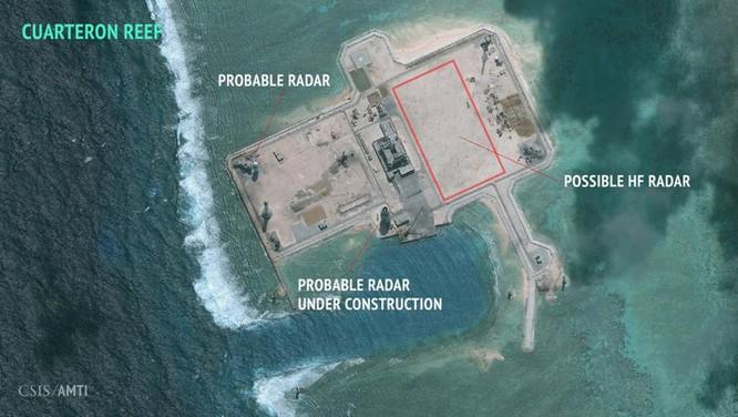 Ảnh vệ tinh chụp Đá Châu Viên ở quần đảo Trường Sa (Biển Đông), bên trên có ghi chú các địa điểm có đài radar. Ảnh được Trung Tâm Nghiên Cứu Mỹ CSIS công bố ngày 23/2