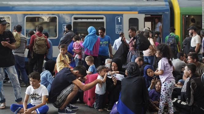 Làn sóng người di cư tiếp tục đổ sang châu Âu gây nên cơn ác mộng cho lục địa già
