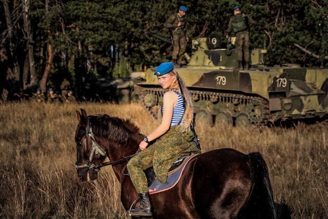 Nữ binh Nga dũng mãnh với sắc đẹp chết người ảnh 11