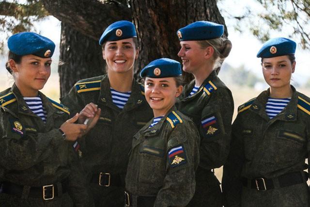 Nữ binh Nga dũng mãnh với sắc đẹp chết người ảnh 12
