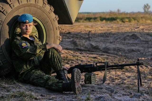 Nữ binh Nga dũng mãnh với sắc đẹp chết người ảnh 4