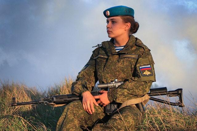 Nữ binh Nga dũng mãnh với sắc đẹp chết người ảnh 7