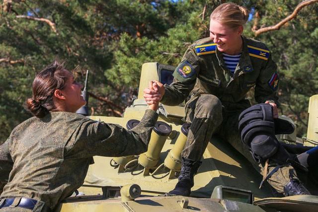 Nữ binh Nga dũng mãnh với sắc đẹp chết người ảnh 9