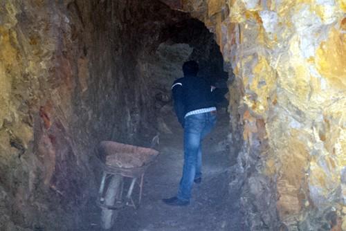 Bí thư huyện đào xuyên núi để 'làm hầm rượu' ảnh 1