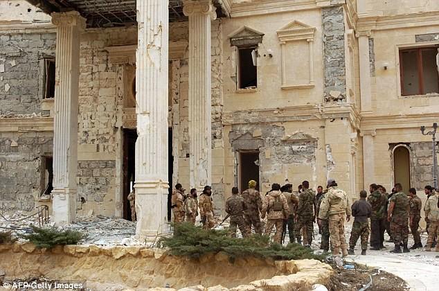 Lính Syria tháo cờ IS trên pháo đài cổ Palmyra ảnh 1