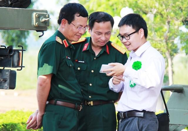 Ông Nguyễn Mạnh Hùng (trái) và TS Nguyễn Bá Hải trao đổi một vài ý tưởng về mắt thần cho người khiếm thị.