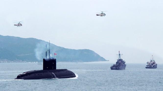 Tàu ngầm Kilo và trực thăng săn ngầm của hải quân Việt Nam trên vịnh Cam Ranh