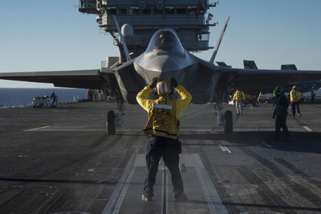 Tiêm kích tàng hình F-35 phiên bản hải quân Mỹ hạ cánh trên tàu sân bay