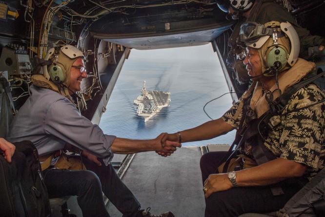 Bộ trưởng quốc phòng Mỹ Carter cùng bộ trưởng quốc phòng Philippines trên trực thăng thăm tàu sân bay trên Biển Đông