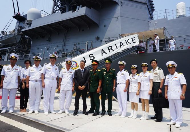 Thủy thủ đoàn trên khu trục hạm Nhật Bản vừa thăm cảng Cam Ranh của Việt Nam