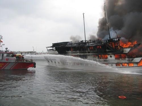 Bốn người bị thương trong vụ cháy tàu trên vịnh Hạ Long ảnh 1