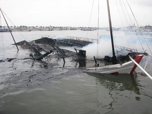 Bốn người bị thương trong vụ cháy tàu trên vịnh Hạ Long ảnh 2