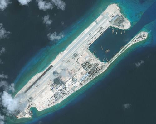 Đá Chữ Thập sau khi được cải tạo thành đảo nhân tạo có diện tích lớn nhất Trường Sa với một đường băng dài 3km