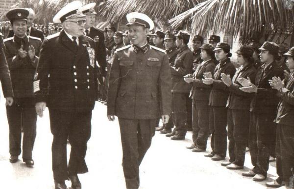 Đô đốc Giáp Văn Cương, tư lệnh hải quân Việt Nam và đô đốc S.G. Goshkov, tư lệnh hải quân Liên Xô trong chuyến thăm Việt Nam