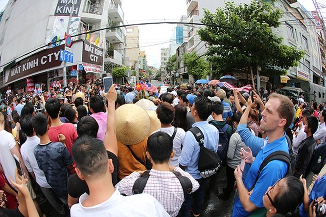 Người Sài Gòn ra đường đón Tổng thống Obama ảnh 10