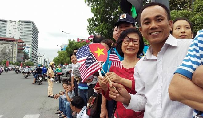 Người Sài Gòn ra đường đón Tổng thống Obama ảnh 4