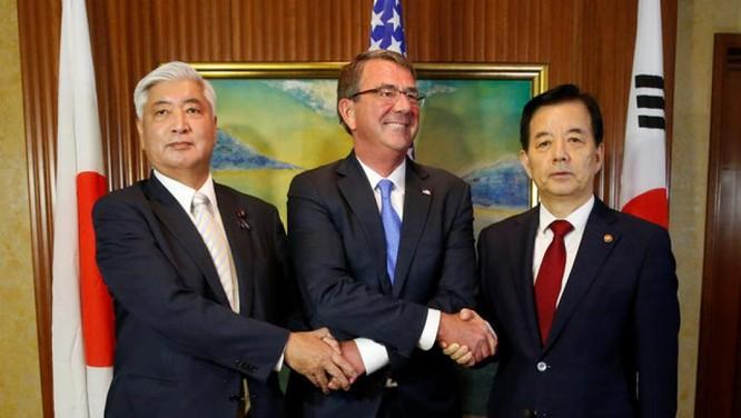 Bộ trưởng quốc phòng Mỹ Carter cùng hai người đồng nhiệm Nhật Bản Gen Nakatani và Hàn Quốc Han Minkoo tại Đối thoại Shanggri-La