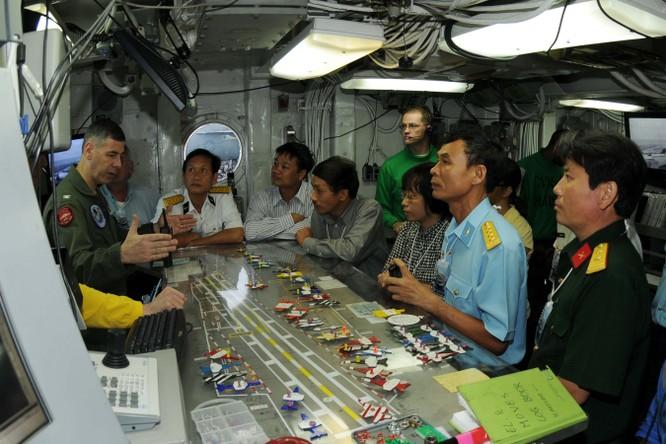 Phái đoàn quân sự Việt Nam thăm tàu sân bay USS Georges Washington của Mỹ