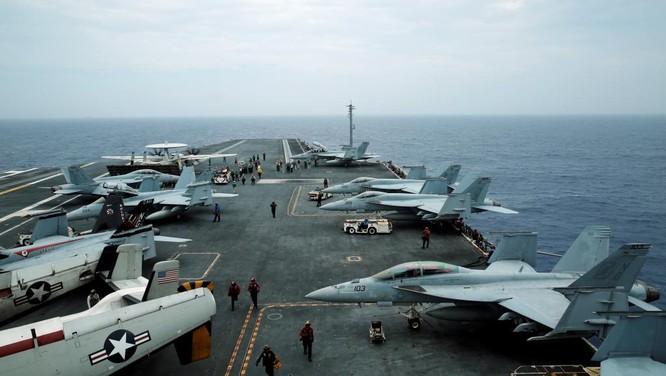 Máy bay cảnh báo sớm và chiến đấu cơ F/A-18 trên tàu sân bay Stennnis Mỹ đang tập trận sát Biển Đông