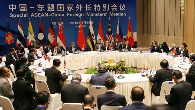Hôi nghị đặc biệt ASEAN-Trung Quốc vừa diễn ra ở Côn Minh (Vân Nam, Trung Quốc) đã diễn ra không mấy suôn sẻ khi ASEAN đã rút lại tuyên bố chung về Biển Đông do sức ép của Trung Quốc