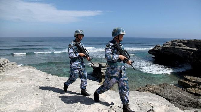 Binh sĩ Trung Quốc tuần tra trái phép trên một đảo ở Biển Đông