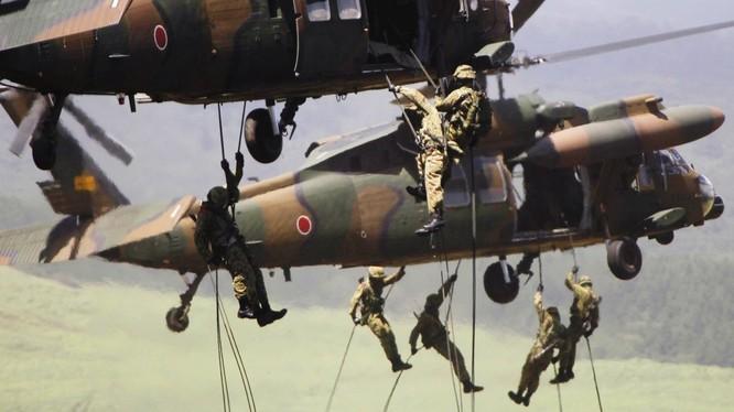 Binh sĩ Nhật Bản tập trận chiếm lĩnh trận địa từ trực thăng
